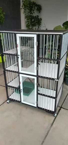 Kandang kucing berbahan dasar alumunium dan kaca