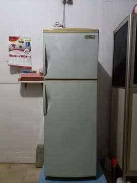 Kulkas 2 pintu merk Sanyo, kondisi normal