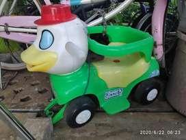 sepeda anak yang sudah bisa duduk berbentuk bebek