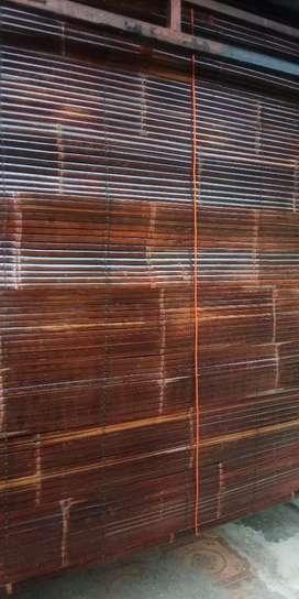 Pengrajin tirai bambu finishing