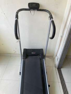 Manual foldable treadmill