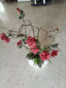Vas bunga dan bunga plastik besar