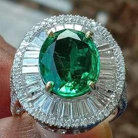 Cincin berlian ikat emas dengan batu zamrud