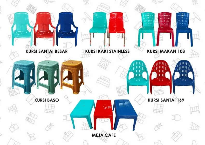 Kursi plastik dan meja cafe