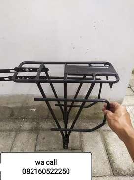 Rak pannier belakang alumunium hitam sepeda