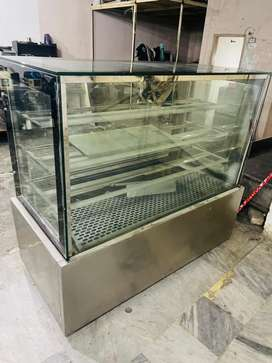 Use Cake display chiller counter size 5 feet we hbe new pizza oven use