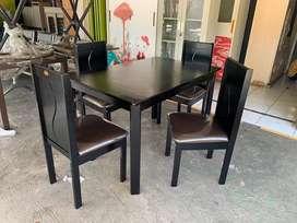 1 set meja makan kayu asli + 4 kursi. Meja 120x80cm, t 75cm.