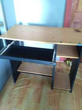 Meja belajar atau meja Komputer
