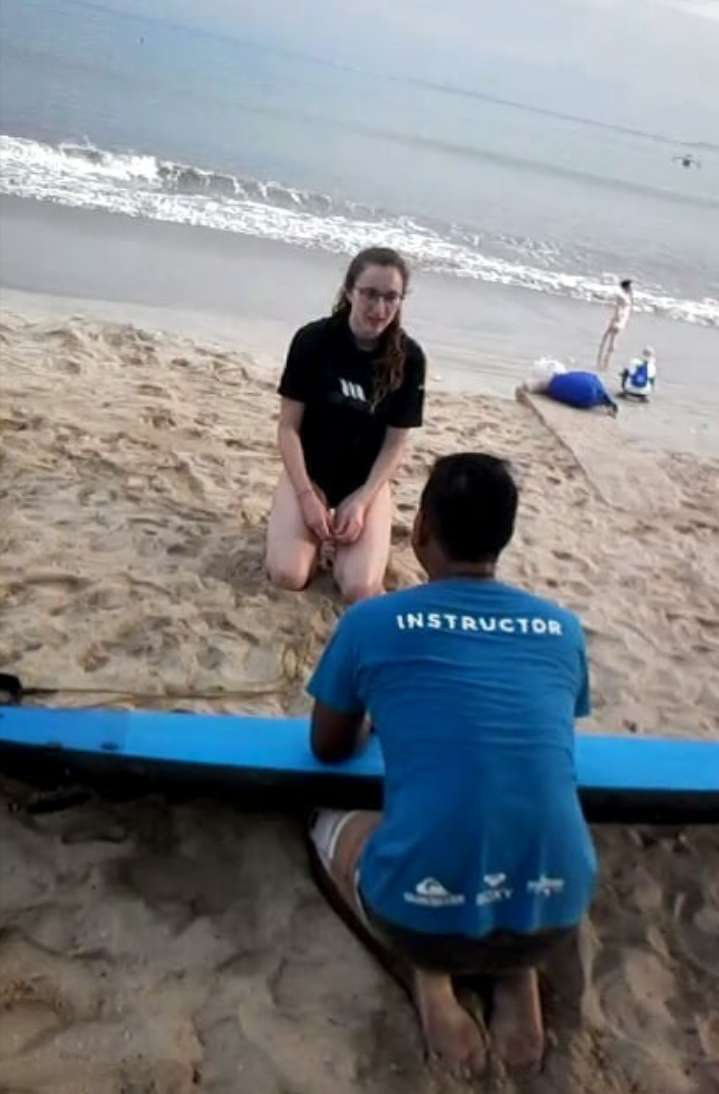 Papan surfing (surfing lesson)