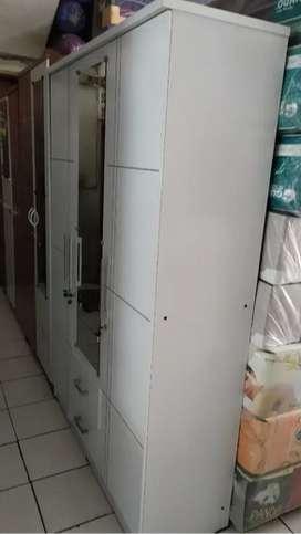lemari full putih pintu 3 di pasang di lokasi