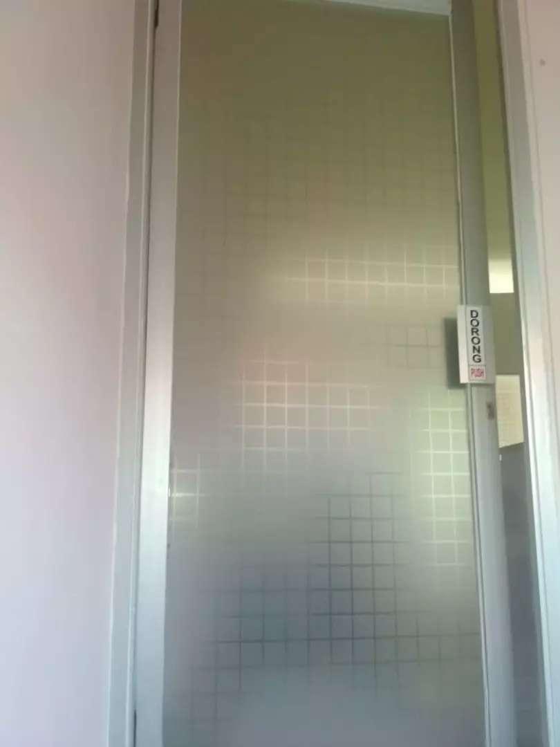 Kamar mandi pakai stiker sanblas dan kaca film (Beautiful kaca)