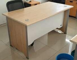 Meja Kantor Merk UNO ukuran 140x75x75, bahan partikel laminating PVC