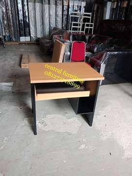 meja komputer kecil