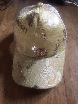 Topi gold yang memakai jadi pede