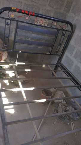 Iron bed good condition