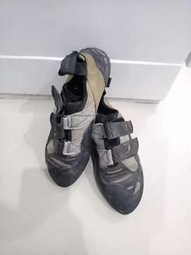 Sepatu panjat tebing