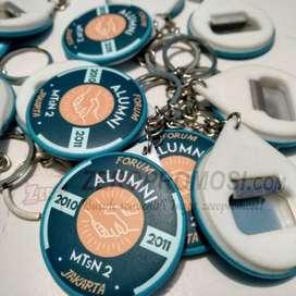 Souvenir Gantungan Kunci pin Pembuka Tutup Botol diameter 4.4cm
