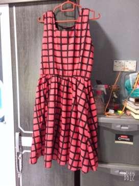 Gaun merah kotak kotak