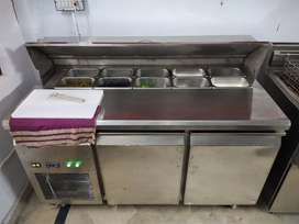 Pizza preparation table under counter chiller , pizza oven fast food