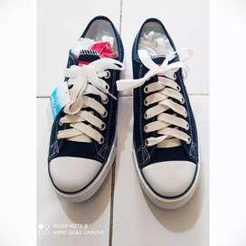 Sepatu sekolah anak dan dewasa