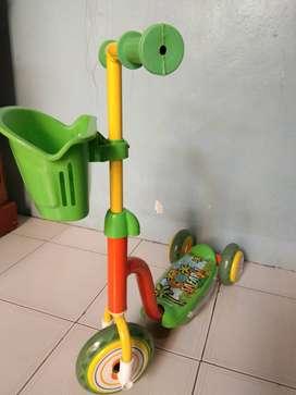 Scooter anak roda tiga warna hijau