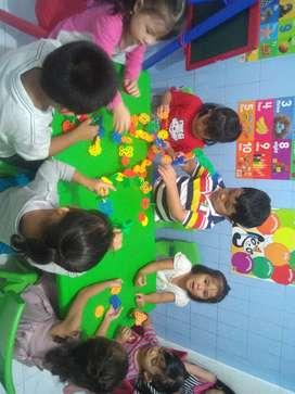 Guru dan pengasuh penitipan anak