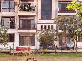200 gaz flat ground floor 3BHK , Huge park facing