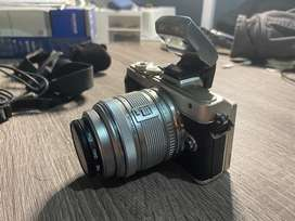 Kamera Olympus Pen Lite E PL7 Kit 2 Lensa 14-42 F/3.5-5.6 + 45 F/1.8