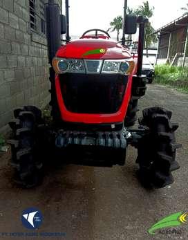 Traktor bertenaga 40 HP dengan penggerak poros ganda atau 4 WD