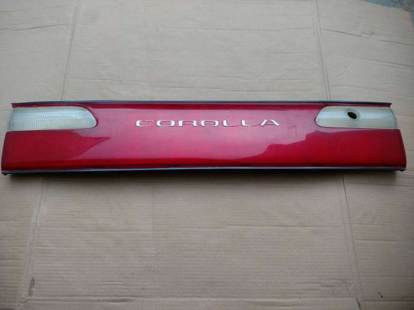 Toyota Corolla Tail back Light reflector Center Trunk Garnish Piece 0