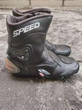 Sepatu speed touring