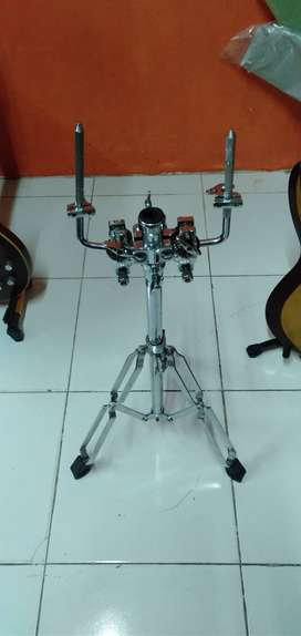 Stand and tom holder drum.