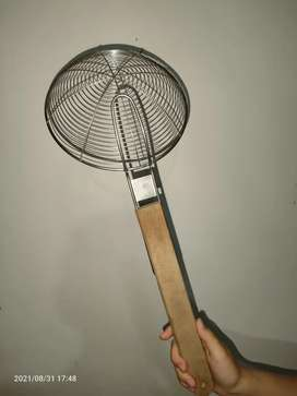 Serok Minyak Gorengan Gagang Kayu 33 cm, diameter 19 cm