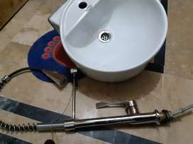 2 stylish bowl sink and 2 single handle pull out tap in new condition.