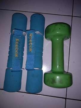 Dumbel atau barbel 2x2kg warna biru dan 3kg warna hijau