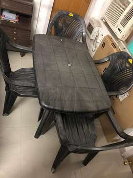 Table supreme with 4 chairs
