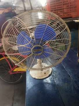 2 Table Fan In Good Condition
