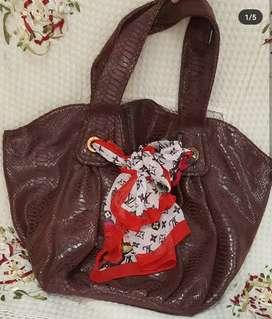 Preloved tas kulit warna  coklat size sedang kondisi bagus
