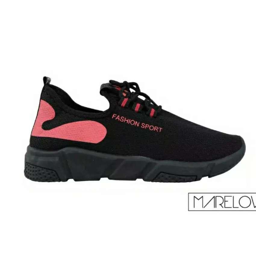 Sepatu merah strip 0
