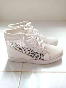 Sepatu Kets Perempuan