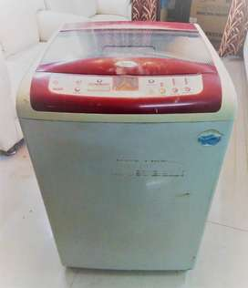 SPARINGLY USED AUTOMATIC WASHING MACHINE HOT/COLD(8.0KG)(WHIRLPOOL)