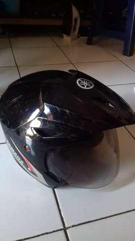 Helm Yamaha warna Hitam layak pakai