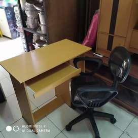 1 set meja komputer tinggi dan kursi