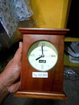 Jam antik model kayu