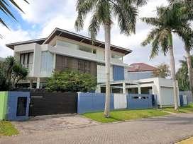 Rumah Mewah di Araya Golf, Ada Kolam Renang, Lokasi di Jalan Utama
