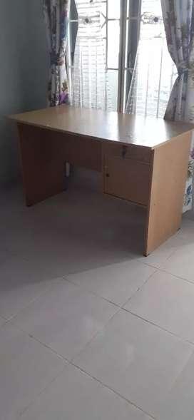 Meja kantor atau meja belajar