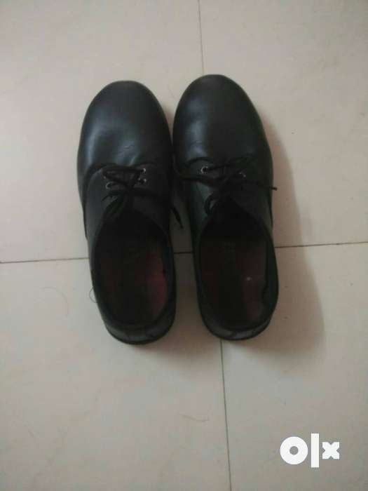 Black school shoes (size 8), in very good 0