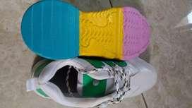 Di jual sepatu kerena kekecilan
