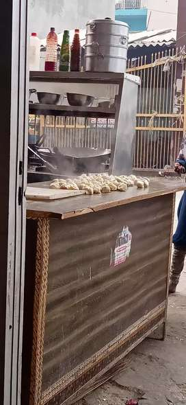 Momos ka lia ladka chia bass khada hona ha or dana ha