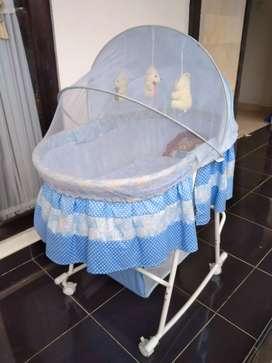 Tempat tidur goyang kelambu